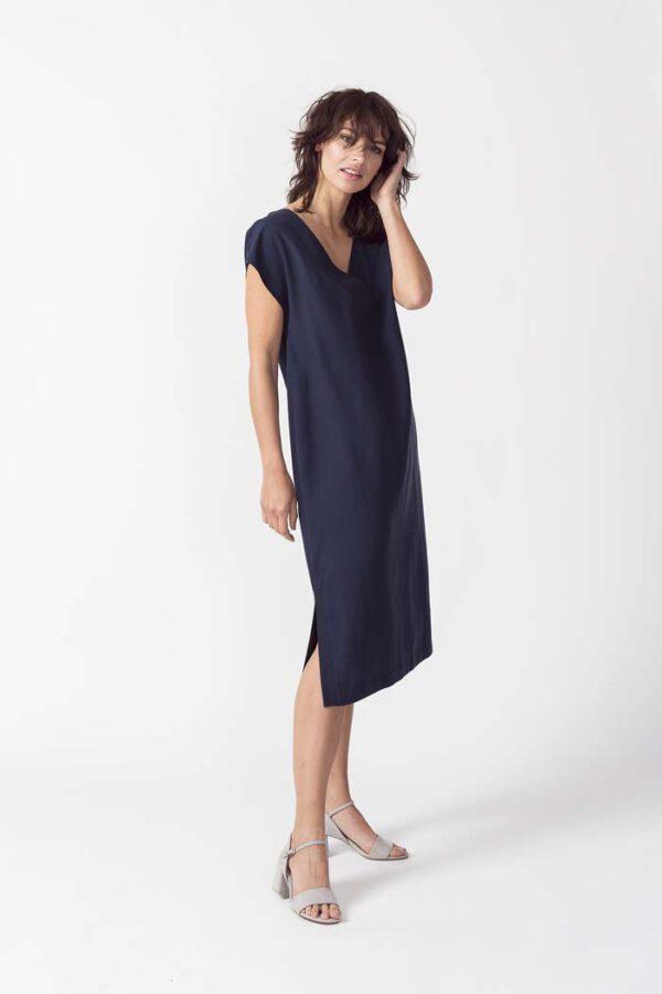 Duurzame jurk donkerblauw_SKFK_AIAN_voor zij 2