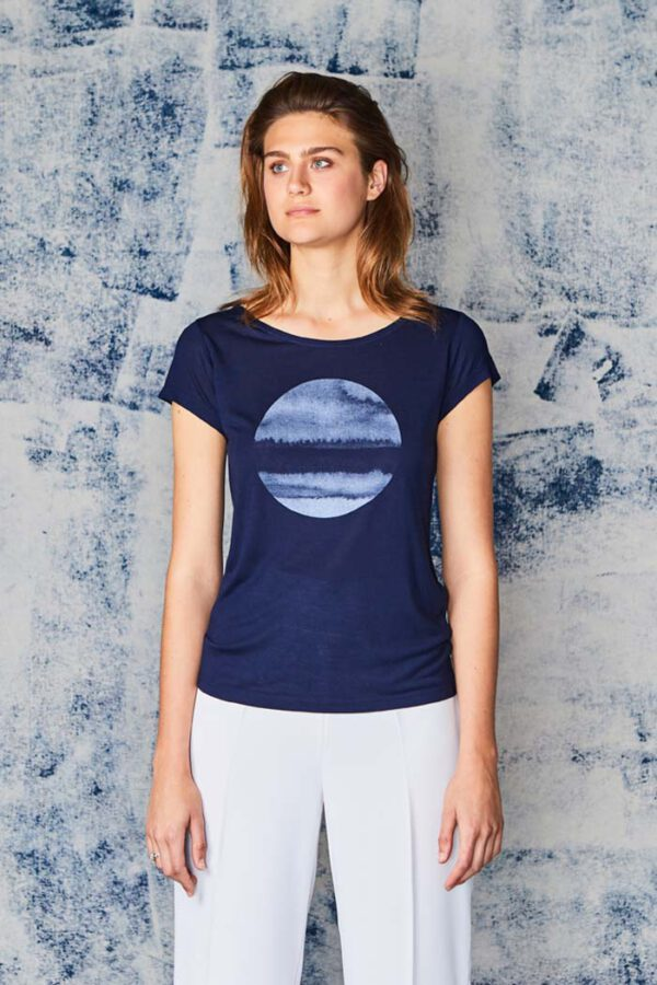 T-shirt Moon rise_Paala_blauw_model