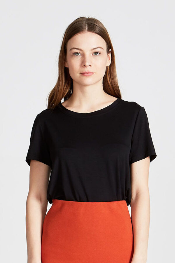 T-shirt_Lena_Givn_Zwart_model
