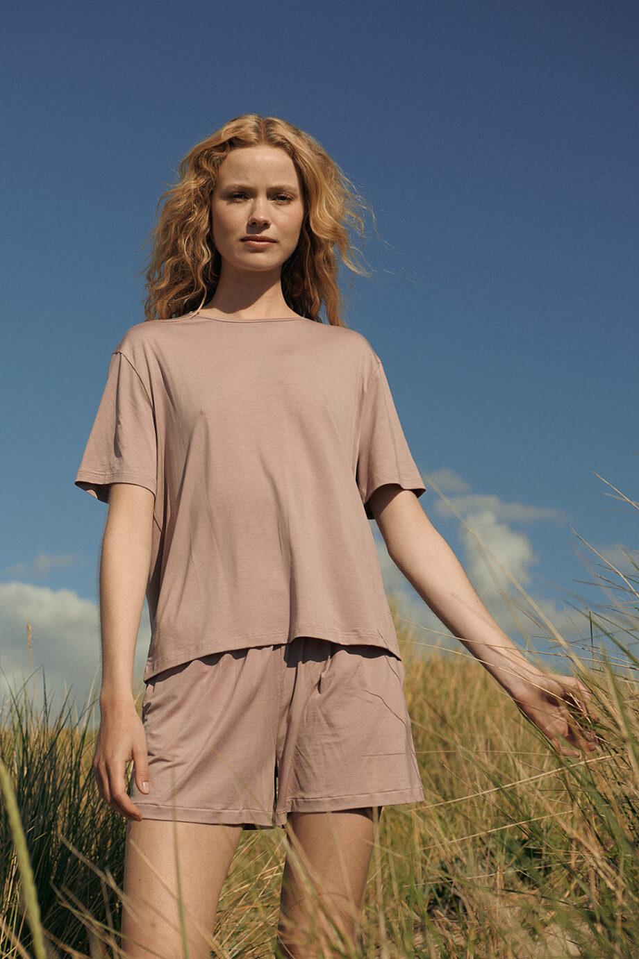 Organic Basics - T-shirt Tencel– Oud Roze_model