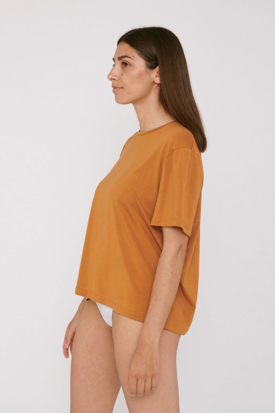 Organic Basics - T-shirt Tencel– geel_model