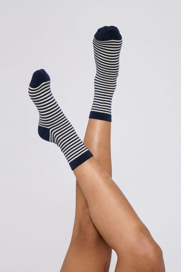 Organic Basics - gestreepte sokken – navy_model