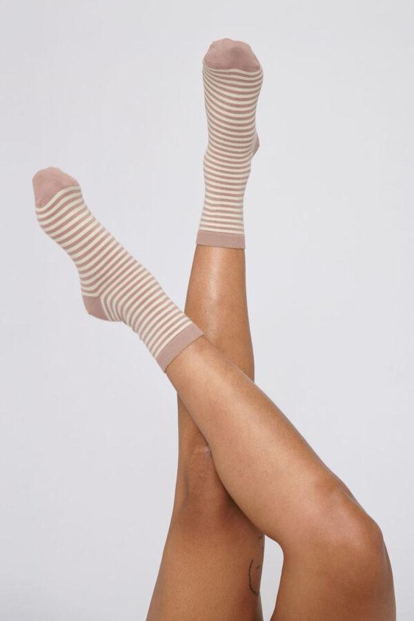Organic Basics - gestreepte sokken – oud roze_model